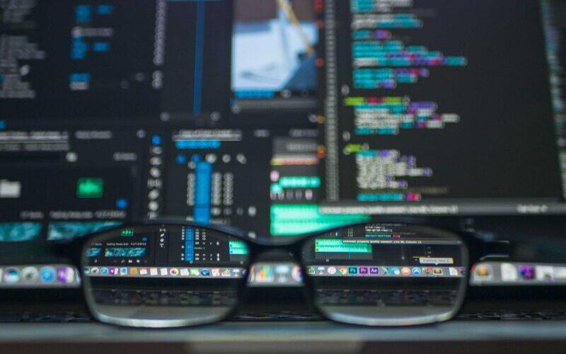 gafas visualizando escritorio con ordenador
