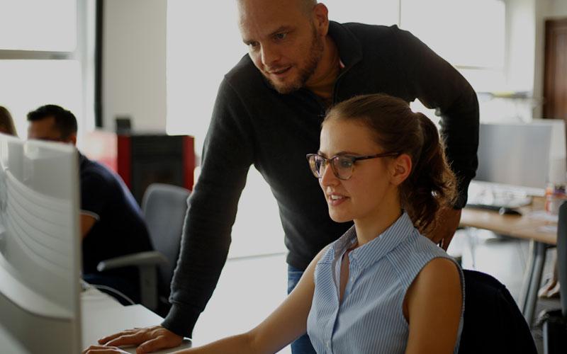 dos empleados de oqotech trabajando en la seccion oqosafe